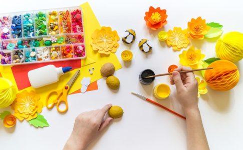 家で粘土や折り紙の工作をしている人の画像