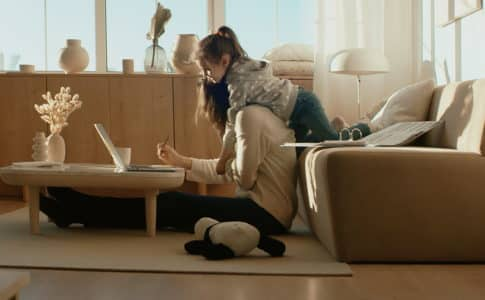 お家でできるクラフトビジネスやワークショップをしている親子の姿
