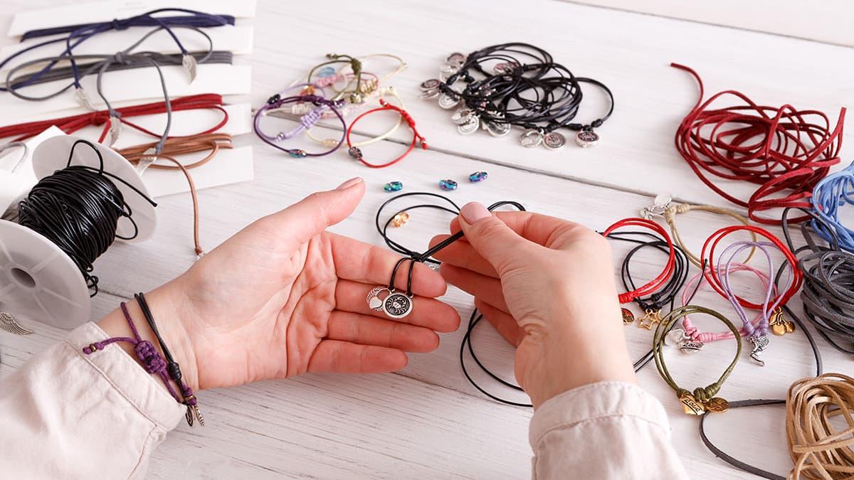 Creemaでハンドクラフト販売を始める女性の手