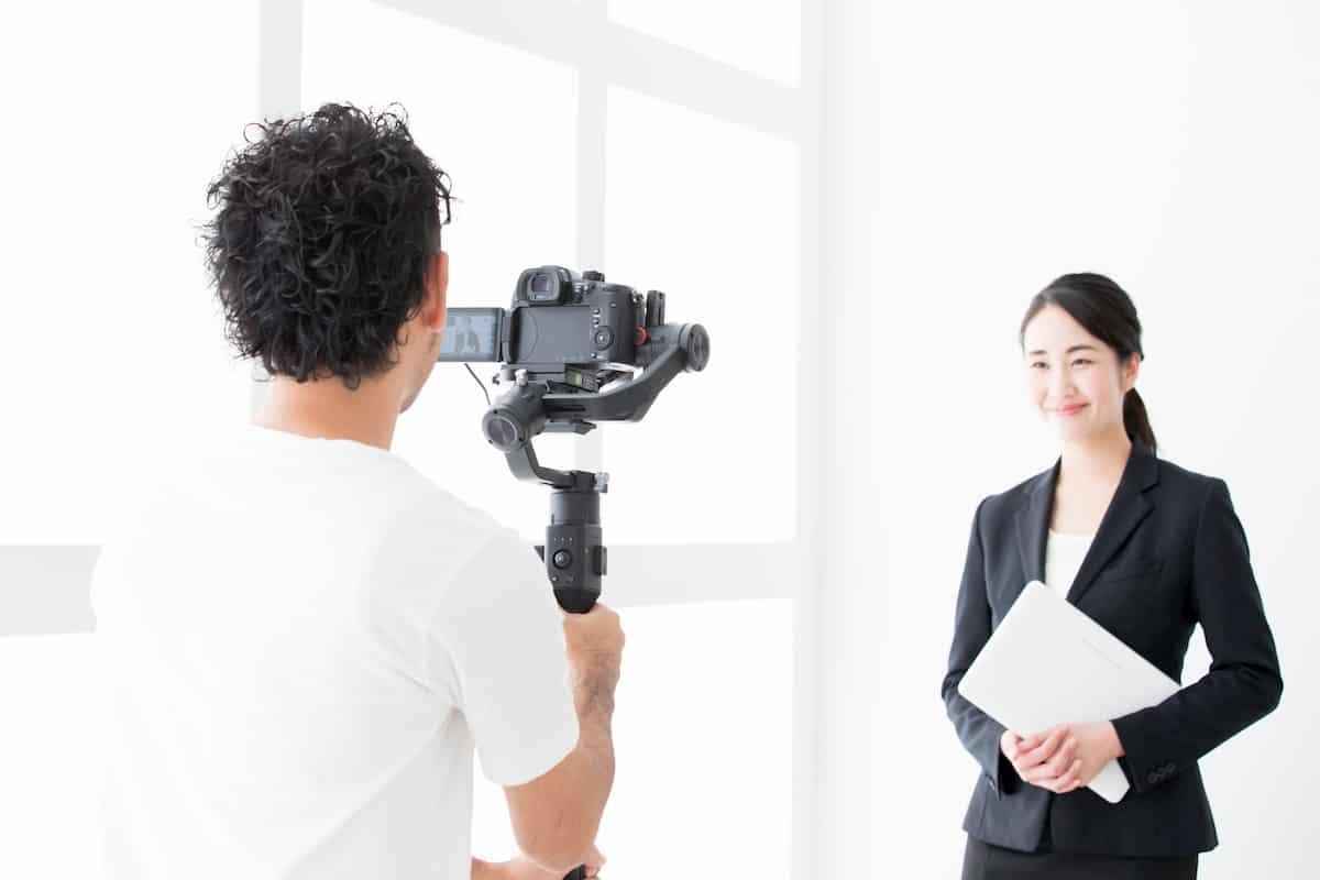 動画を撮影するディレクターとキャスター