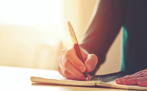 読書感想文を書いている人