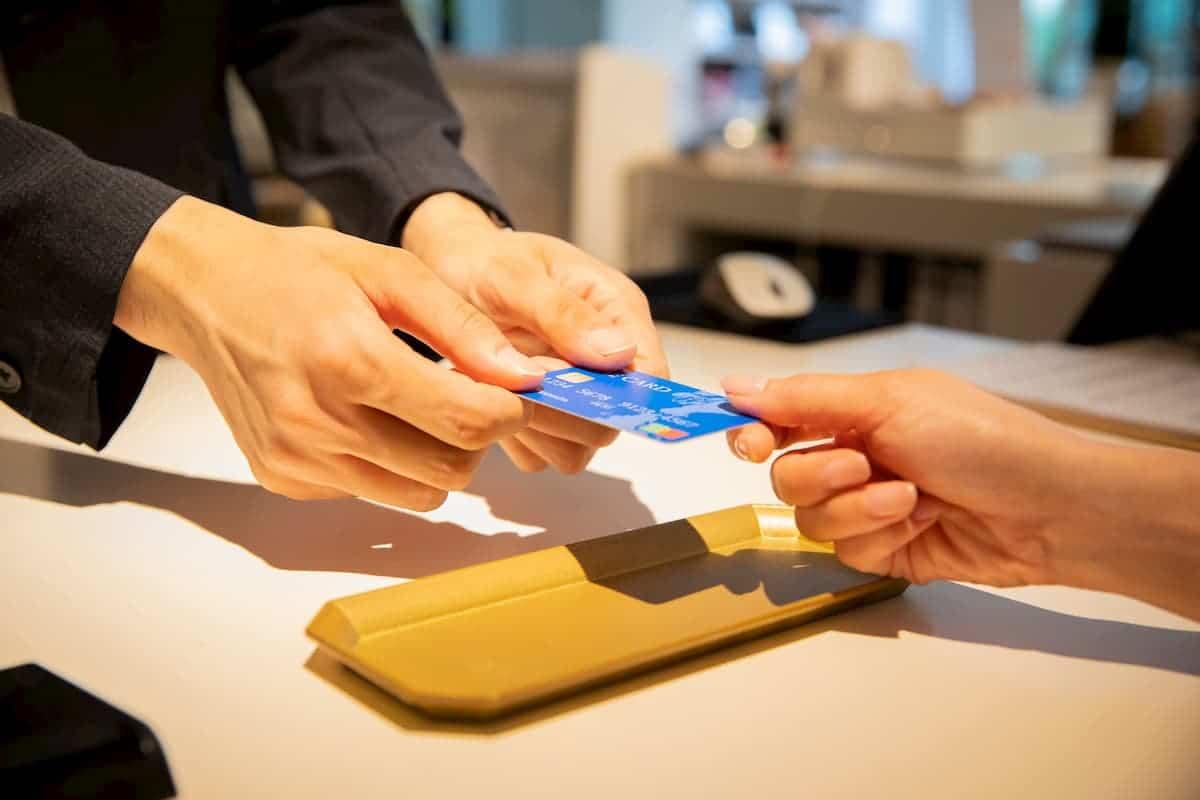 クレジットカードで支払いをするシーン